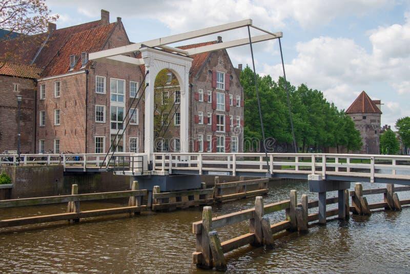 Canal de la ciudad de la travesía del puente en Zwolle foto de archivo