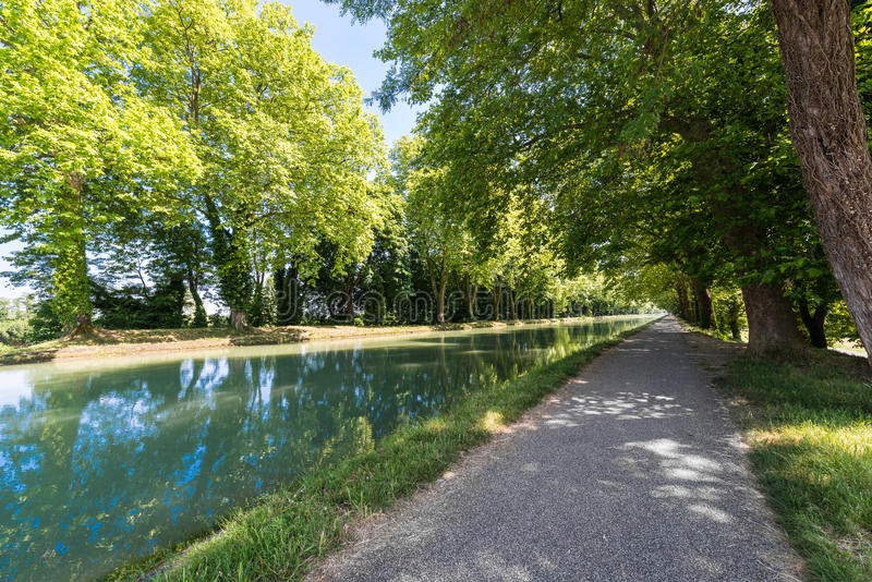Canal De la Garonne dans Moissac, France photo stock