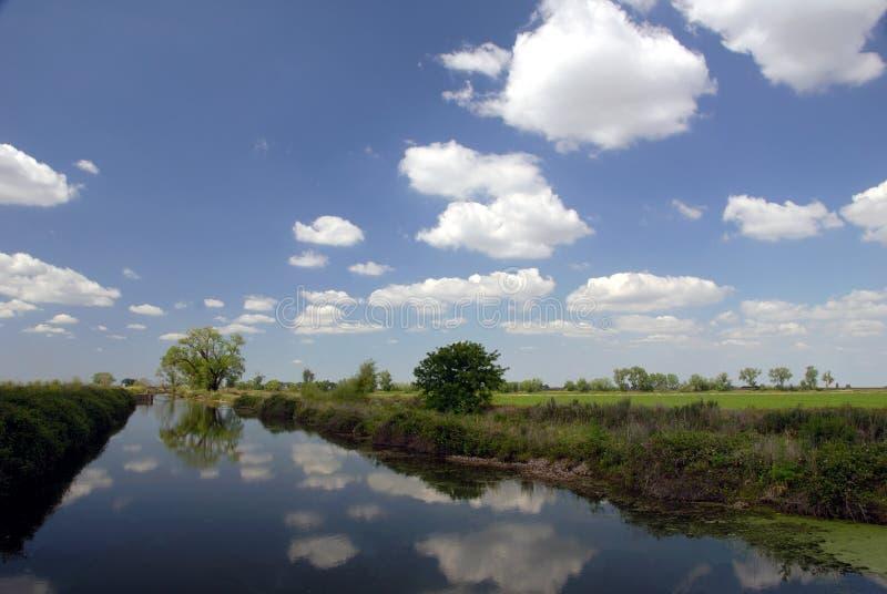 Canal de la irrigación fotografía de archivo libre de regalías