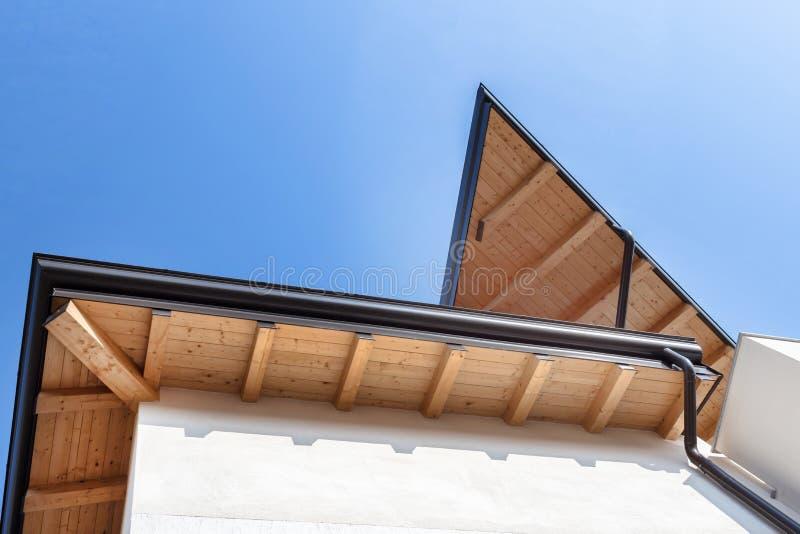 Canal de la lluvia en la casa ecol?gica del tejado imagenes de archivo