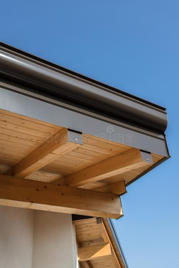Canal de la lluvia en la casa ecol?gica del tejado fotografía de archivo libre de regalías
