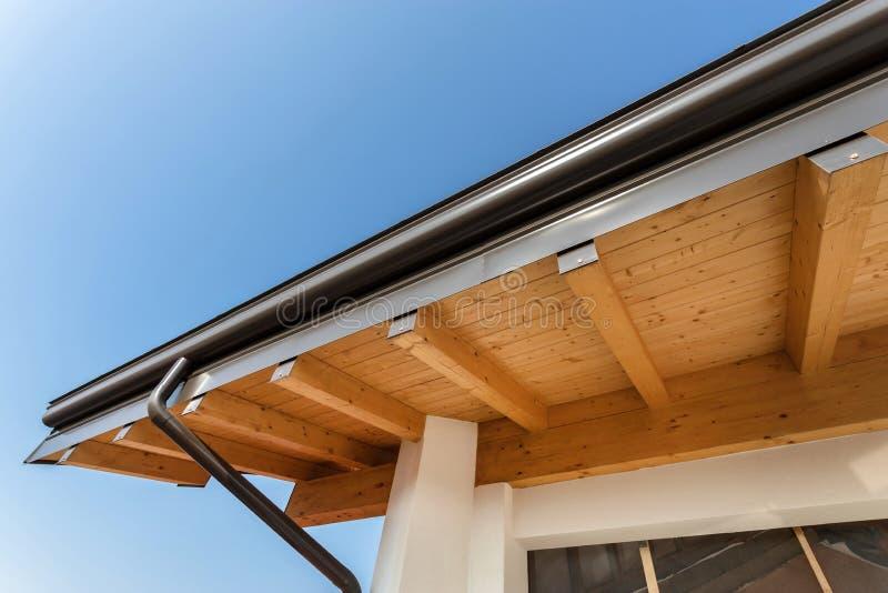 Canal de la lluvia en la casa ecol?gica del tejado imágenes de archivo libres de regalías