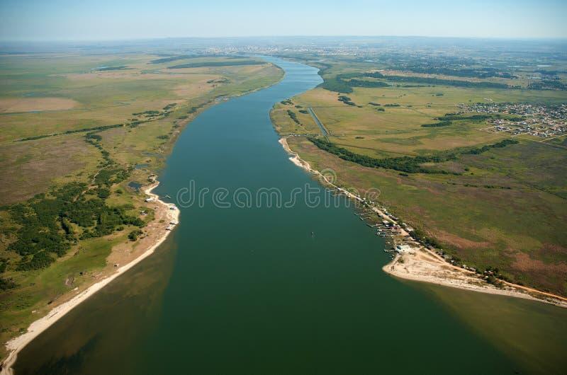 Canal de la navegación del puerto de la ciudad de pelotas vascas imagen de archivo