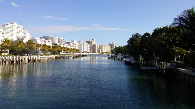 Canal de la playa con los hoteles de las palmeras foto de archivo libre de regalías
