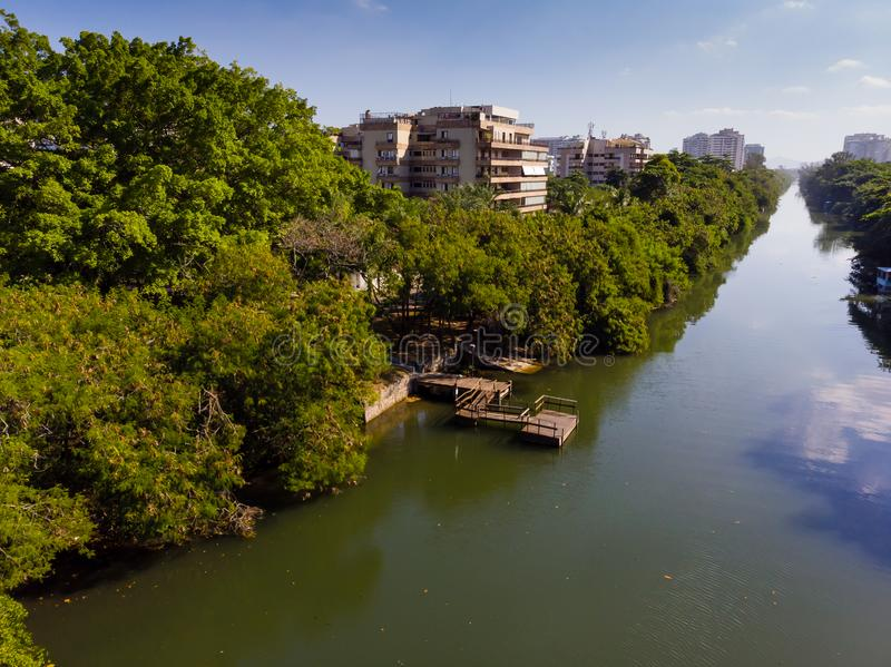 Canal de la visión aérea o Marapendi en el tijuca de Barra DA en un día de verano Hay muelle de madera, con la vegetación verde p fotos de archivo libres de regalías