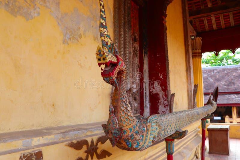 Canal de madera budista para regar las estatuas de Buda durante Lao New Year o regar a los monjes en ocasiones especiales en un B imagen de archivo