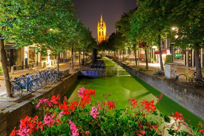 Canal de nuit, église d'Oude Kerk, Delft, Pays-Bas photo libre de droits
