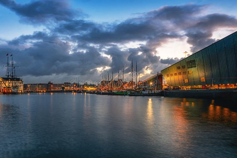 Canal de Oosterdok em Amsterdão com Nemo Science Museum no equipamento fotos de stock