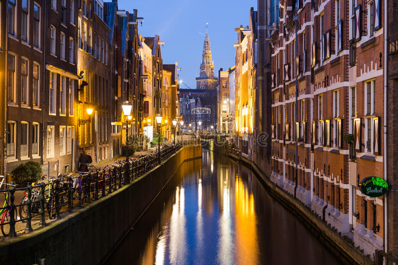 Canal de Oudezijds Kolk em Amsterdão na noite fotografia de stock