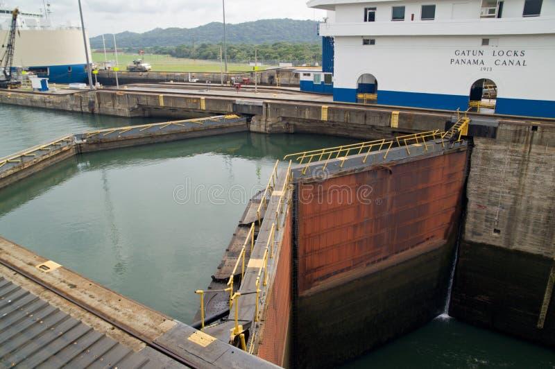 Canal de Panamá - fechamentos de Gatun imagem de stock royalty free