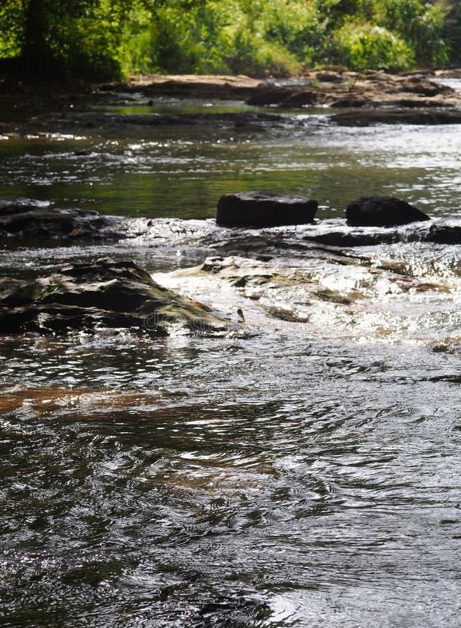 Canal de piedra natural del canal del agua de la cascada imagenes de archivo