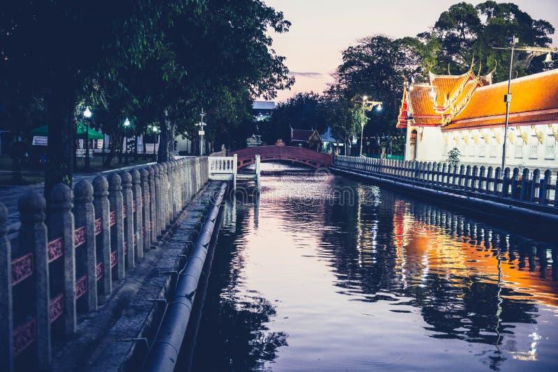Canal de rivière près d'un parc et d'un temple bouddhiste historique photo libre de droits