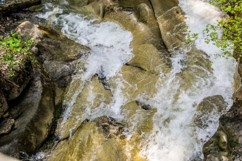 Canal de roche de la rivière de montagne photographie stock