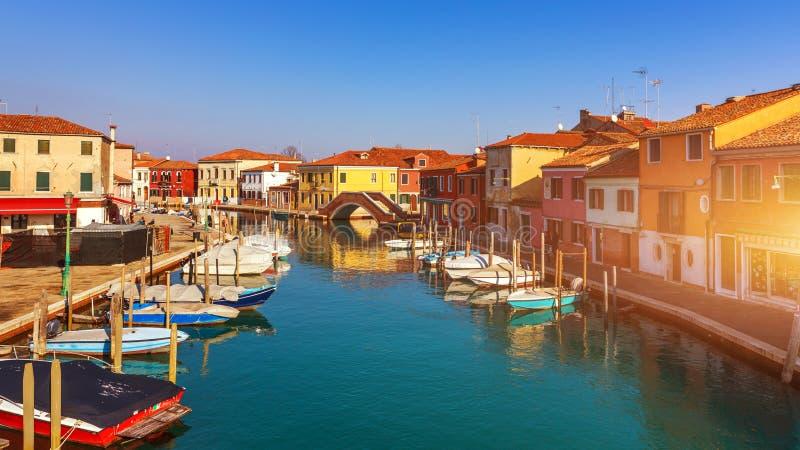 Canal de rue en île de Murano, Venise Canal étroit parmi la vieille Co images stock
