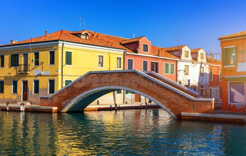 Canal de rue en île de Murano, Venise Canal étroit parmi la vieille Co photos stock