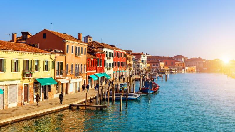 Canal de rue en île de Murano, Venise Canal étroit parmi la vieille Co image stock