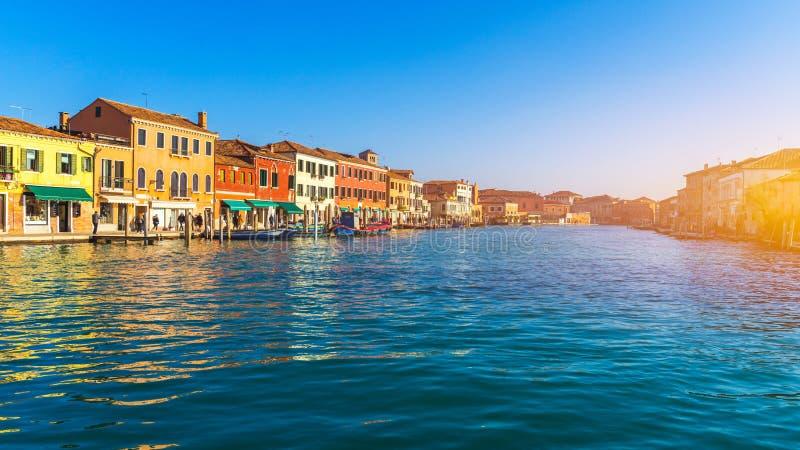 Canal de rue en île de Murano, Venise Canal étroit parmi de vieilles maisons colorées de brique dans Murano, Venise Carte postale photos stock
