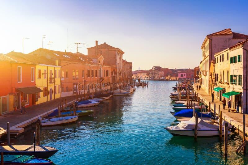 Canal de rue en ?le de Murano, Venise Canal ?troit parmi de vieilles maisons color?es de brique dans Murano, Venise Carte postale photos stock