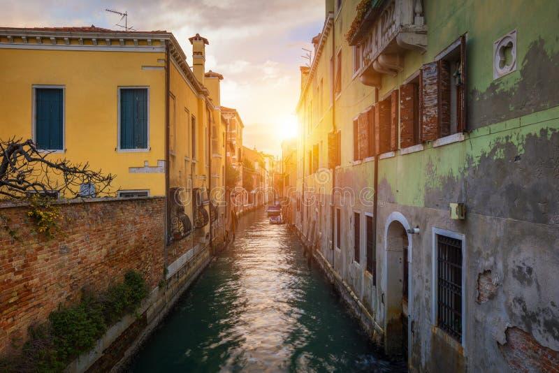 Canal de rue ? Venise, Italie Canal ?troit parmi de vieilles maisons color?es de brique ? Venise, Italie Carte postale de Venise photographie stock