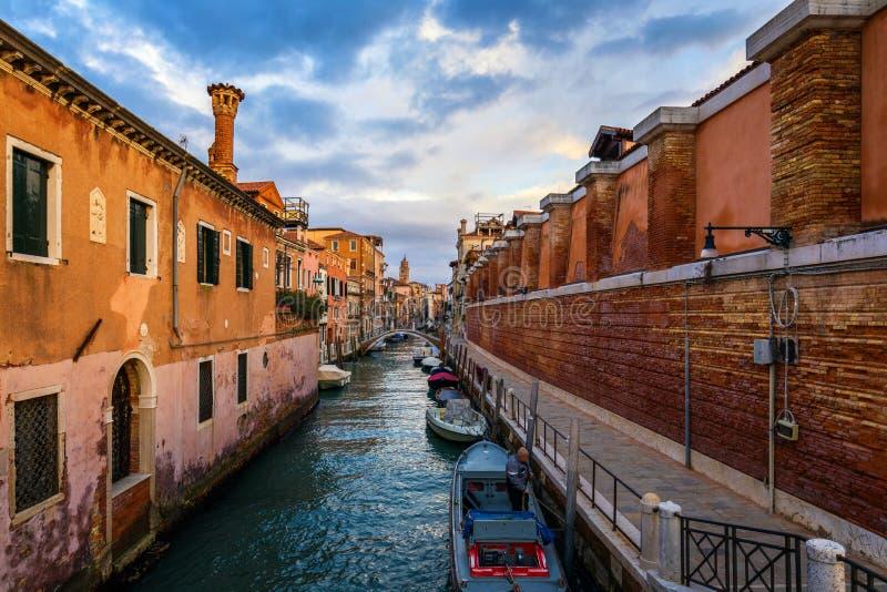 Canal de rue ? Venise, Italie Canal ?troit parmi de vieilles maisons color?es de brique ? Venise, Italie Carte postale de Venise images libres de droits