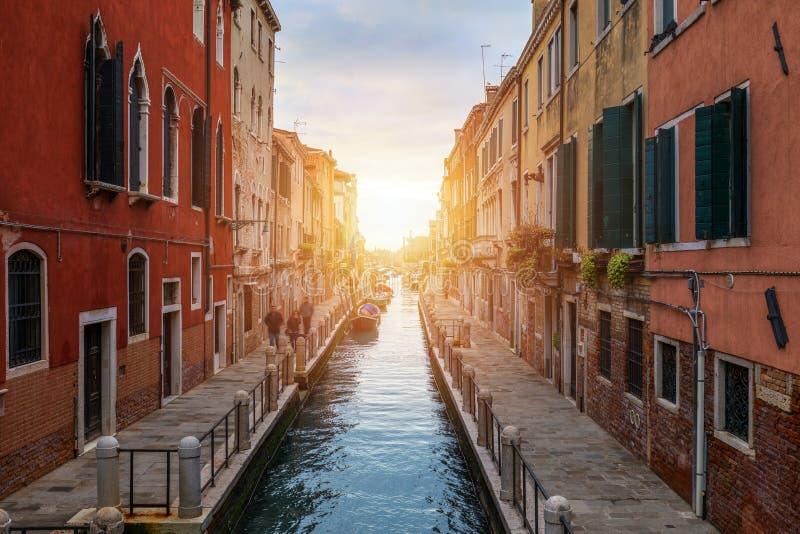 Canal de rue ? Venise, Italie Canal ?troit parmi de vieilles maisons color?es de brique ? Venise, Italie Carte postale de Venise photo stock