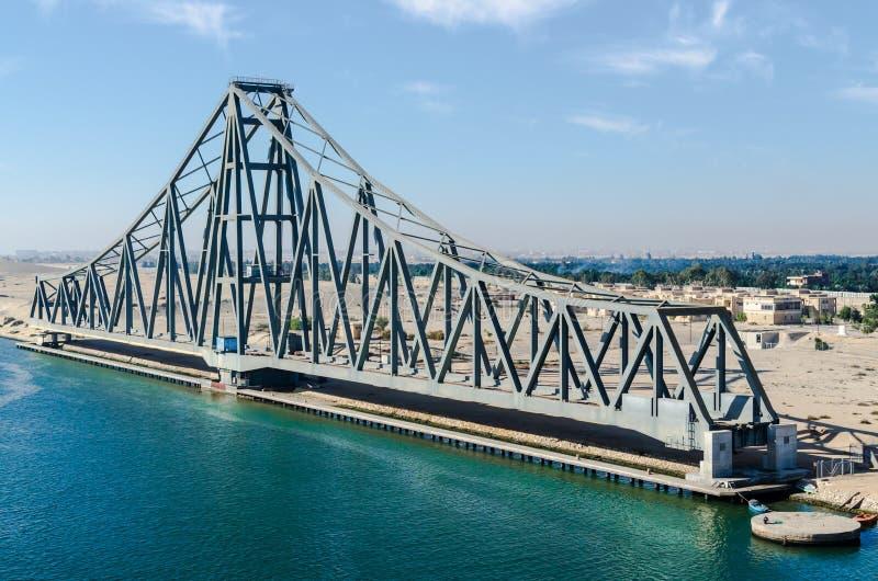 Canal de Suez, Egipto, 2017: Puente ferroviario del EL Ferdan, el puente de oscilación más largo del mundo fotografía de archivo
