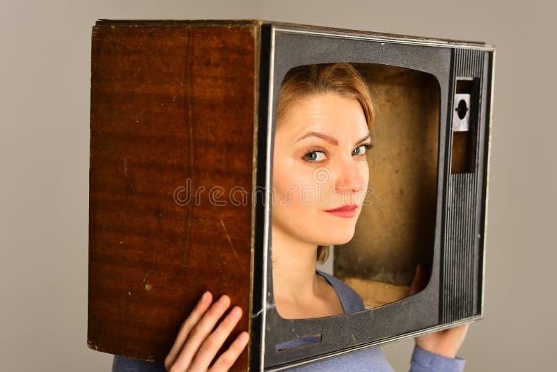 Canal de televisão repórter da notícia no canal de televisão conceito do canal de televisão escolha todo o canal de televisão Nad imagem de stock royalty free
