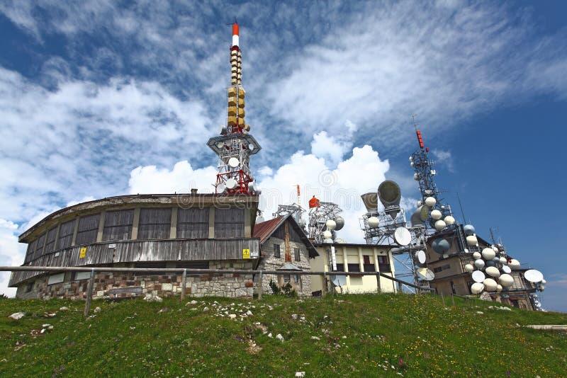 Canal de televisión de la antena en la montaña imagen de archivo