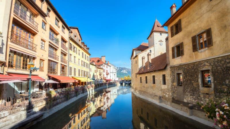 Canal de Thiou e Palais de l 'ilha na cidade velha de Annecy france imagens de stock royalty free