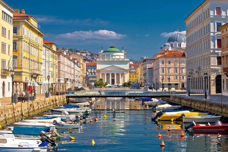 Canal de Trieste y opinión del cuadrado de Ponte Rosso imágenes de archivo libres de regalías