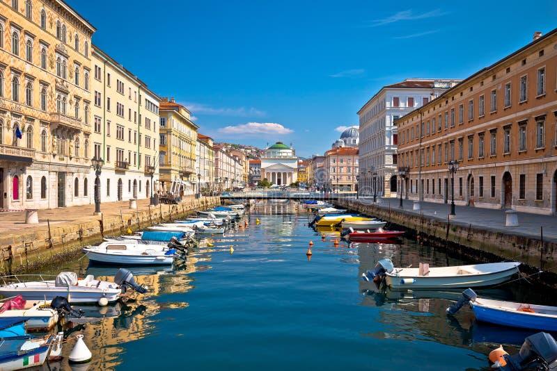 Canal de Trieste y opini?n del cuadrado de Ponte Rosso imagen de archivo libre de regalías