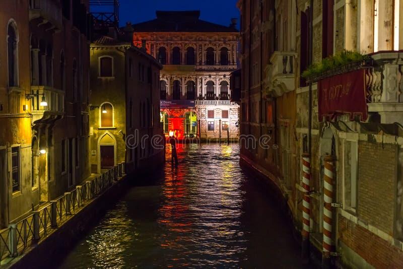 Canal de Venecia en la noche fotografía de archivo libre de regalías
