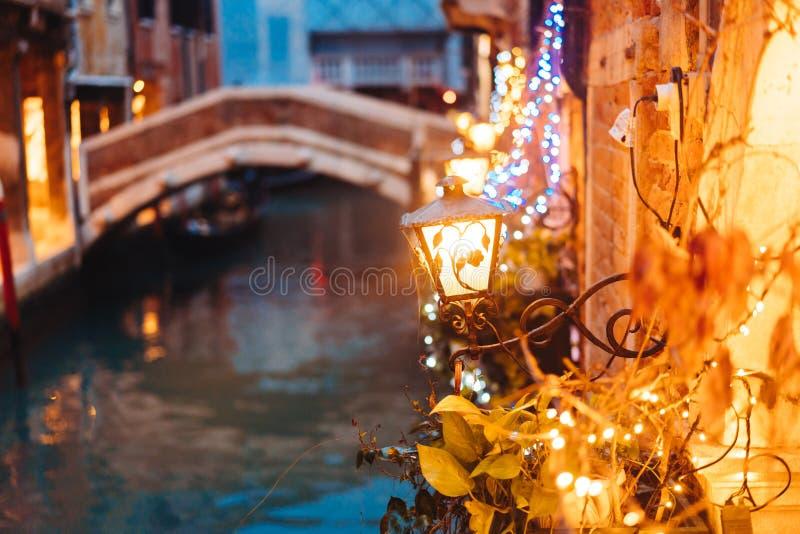 Canal de Venecia tarde en la noche con la iluminación de la luz de calle imagenes de archivo