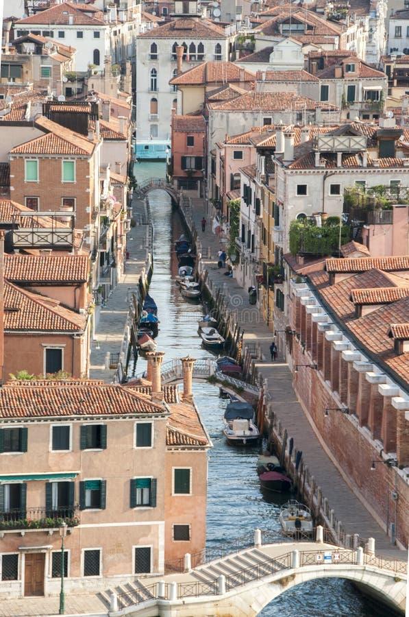 Canal de Venecia y tejados rojos imagen de archivo