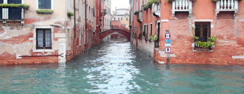 Canal de Venise utilisé comme voie de communication par les bateaux de la I photo stock