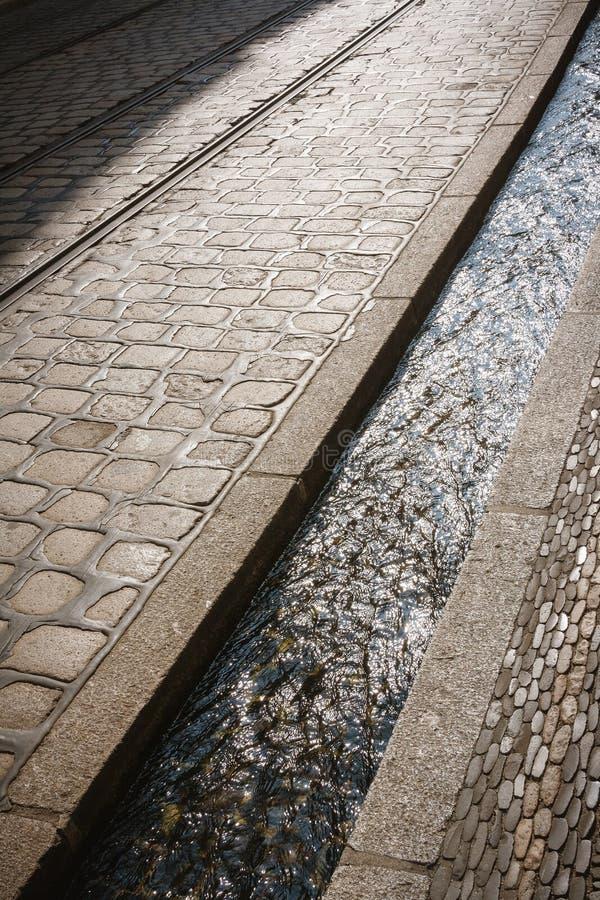 Canal del agua de la calle en Friburgo, Alemania fotografía de archivo libre de regalías
