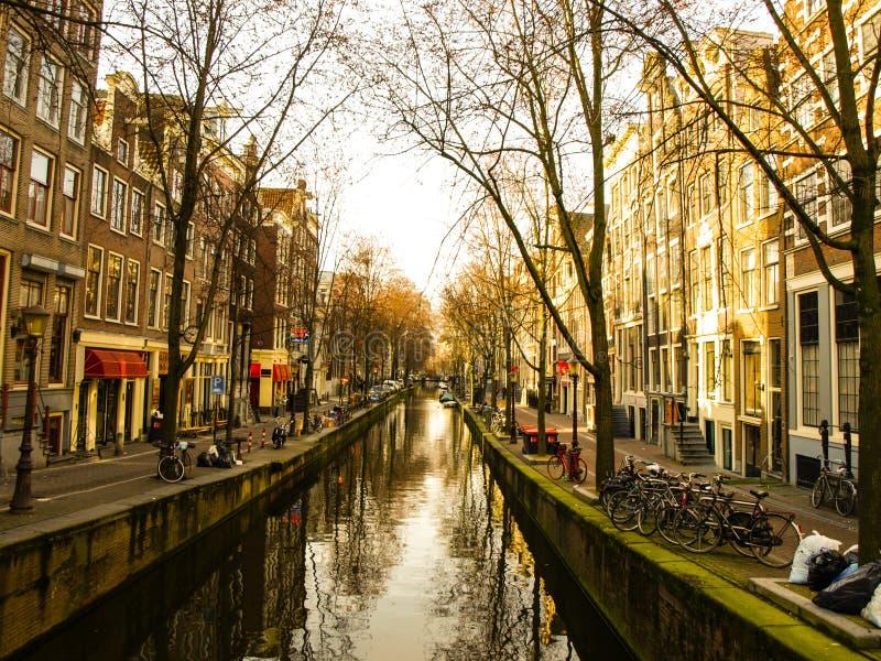 Canal del agua en centro de ciudad de Amsterdam fotografía de archivo