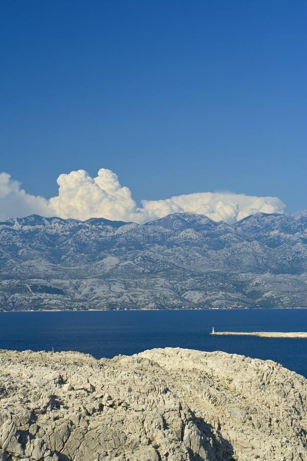 Canal del mar en Croatia bajo la montaña fotografía de archivo libre de regalías
