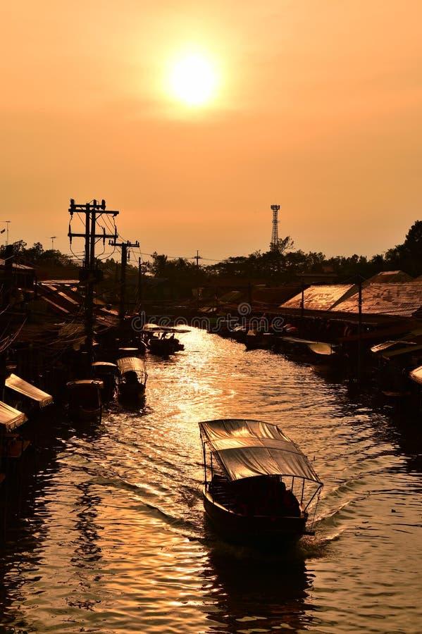 Canal del mercado de Amphawa, el más famoso del mercado flotante y destino turístico cultural fotos de archivo libres de regalías