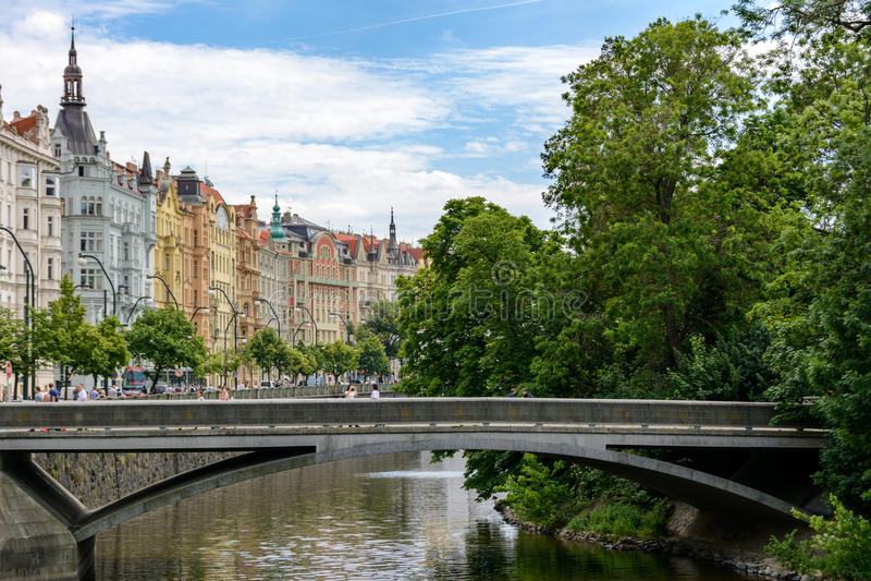 Canal del río de Moldava en Praga, ostrov de Slovansky, República Checa fotos de archivo libres de regalías