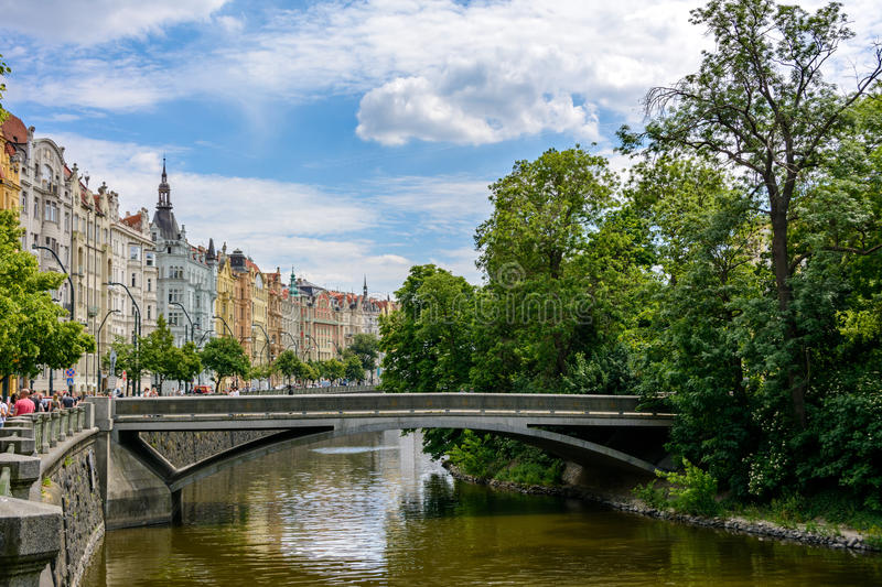 Canal del río de Moldava en Praga, ostrov de Slovansky, República Checa foto de archivo