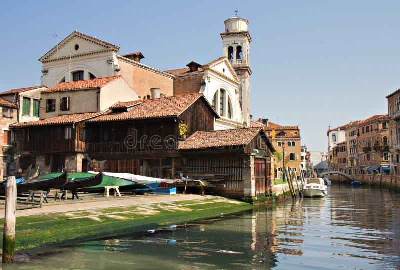 Canal di San Trovaso con el astillero de la góndola imagenes de archivo