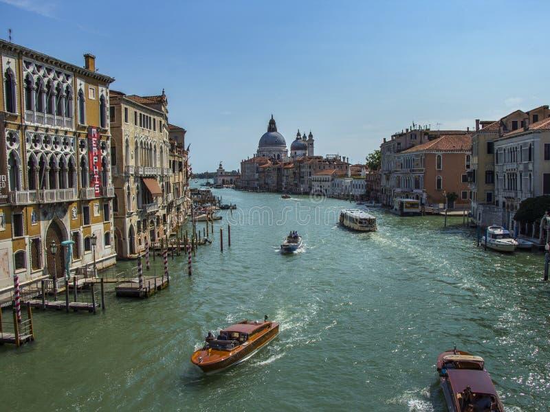 Canal di Santa Maria della Salute grandiosos e da basílica em Veneza, Itália imagens de stock