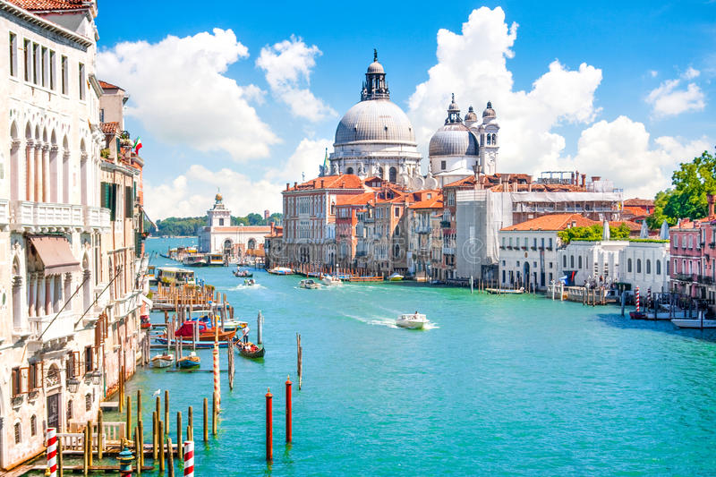Canal di Santa Maria della Salute grandiosos e da basílica, Veneza, Itália imagens de stock
