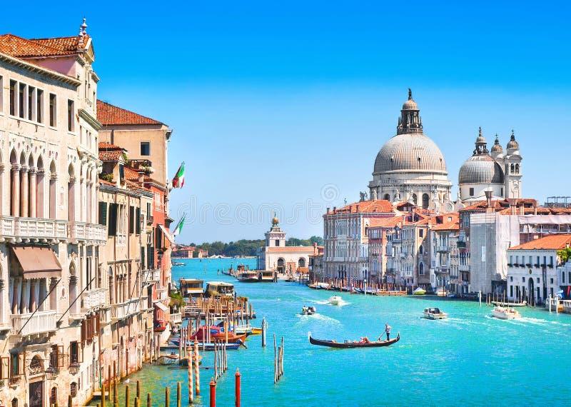 Canal di Santa Maria della Salute grandiosos e da basílica, Veneza, Itália imagens de stock royalty free