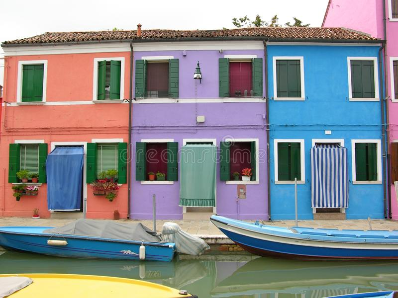 Canal do Burano colorido Veneza Itália imagens de stock royalty free