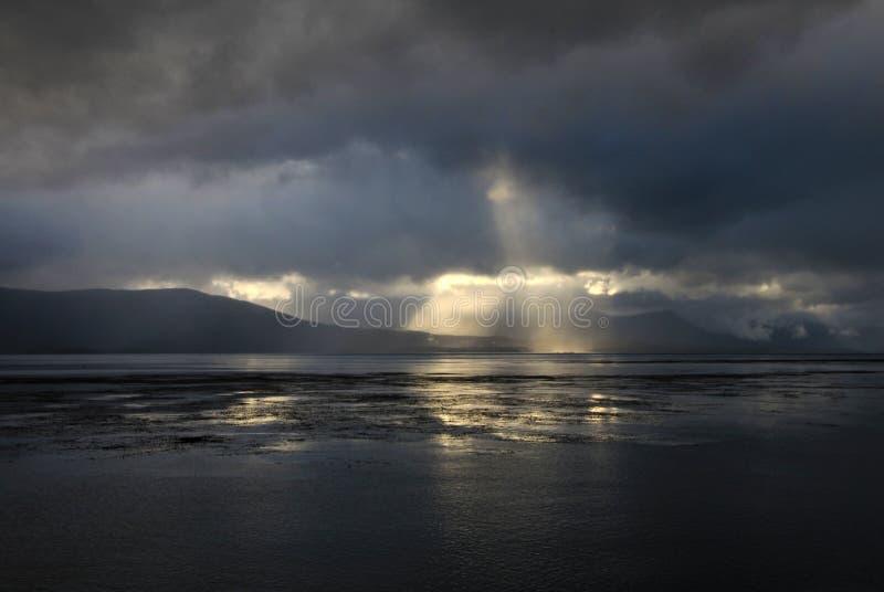 Canal do lebreiro com atmosfera bonita das nuvens e do sol, Tierra del Fuego, Argentina foto de stock royalty free