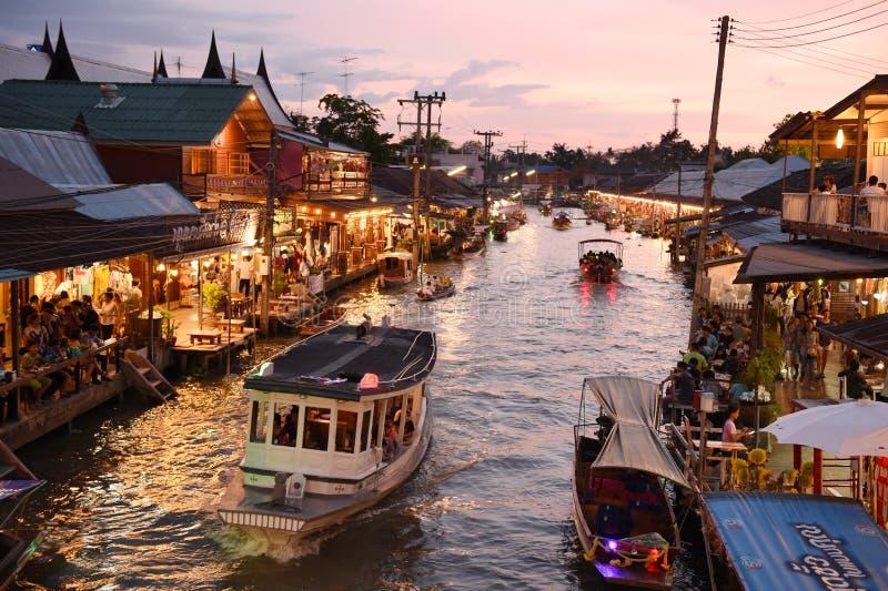 Canal do mercado de Amphawa, o mais famoso do mercado de flutuação foto de stock