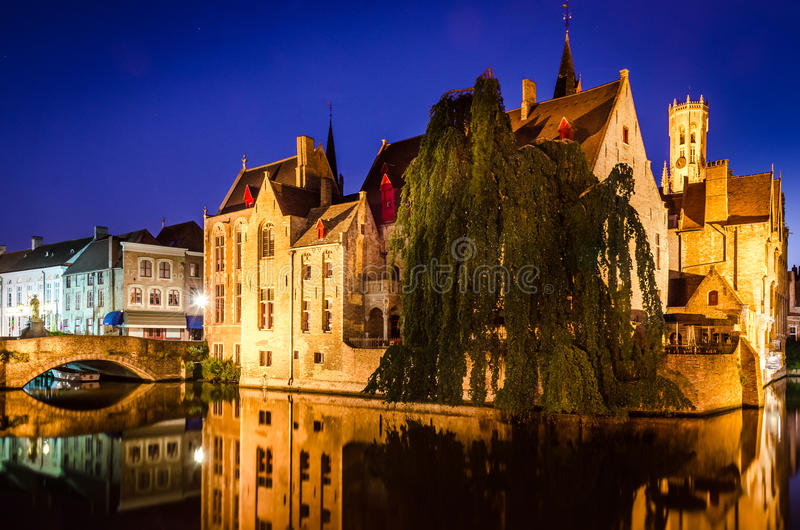 Canal do rio e casas medievais na noite, Bruges fotografia de stock