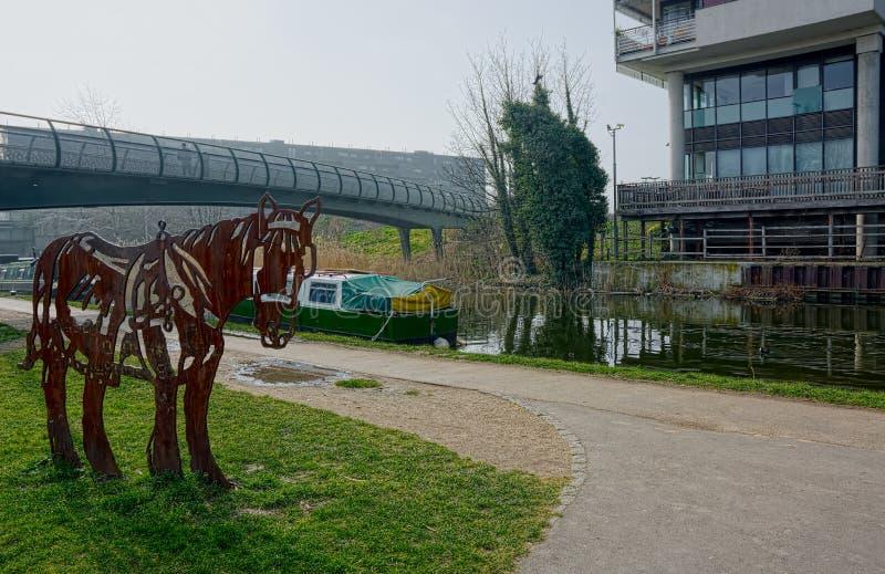 Canal dos regentes Escultura de aço do cavalo Londres Reino Unido fotografia de stock